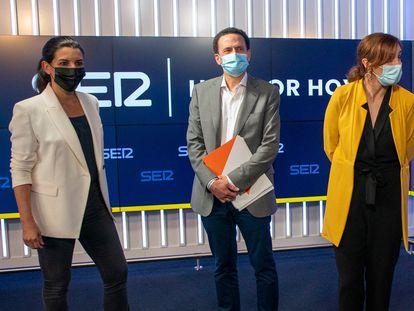 Los candidatos a la presidencia de la Comunidad de Madrid antes del comienzo del debate en la sede de la Cadena SER en Madrid.