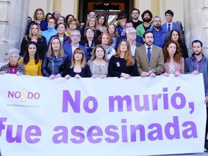 Concentración este lunes ante la puerta del Ayuntamiento de Sevilla por la última víctima de la violencia de género. En vídeo, entra en vigor el nuevo protocolo contra la violencia de género.