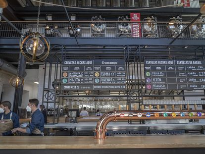 Barra y micro cervecería de la Factoría Cruzcampo, inaugurada este viernes en Sevilla.