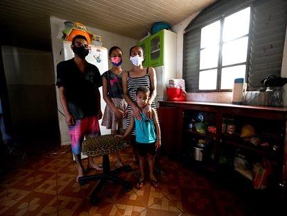 La peluquera Jaqueline Silva Viana, de 40 años, junto a sus hijos Ítalo, de 21, y Tamires, de 11, y su nieto Davi, de tres.