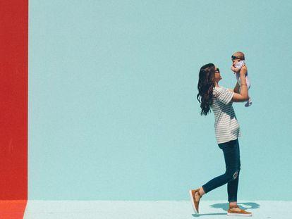 Una madre admira y juega con su bebé.