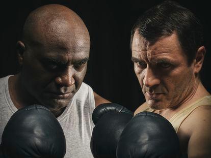 Armando Buika (izquierda) y Alex Brendemühl como los boxeadores Johnson y Jeffries.