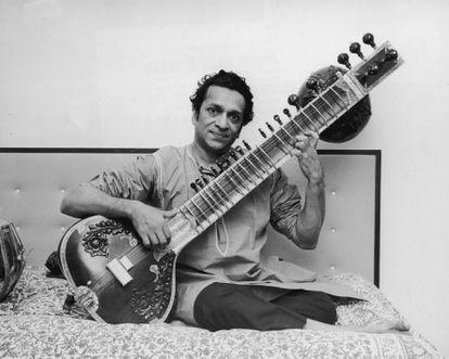 El músico Ravi Shankar con su sitar, en 1965.