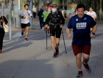 Varias personas hacen deporte por la Avenida Diagonal, en Barcelona.