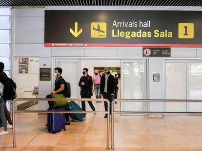 Pasajeros llegando al aeropuerto Adolfo Suárez-Madrid Barajas, el pasado 2 de julio.