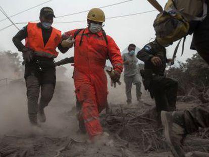 La catástrofe asola el sur del país, donde tres aldeas han desaparecido bajo toneladas de ceniza