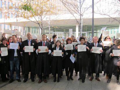 Letrados de la Administración de Justicia, este martes ante la Ciutat de la Justícia (Barcelona).