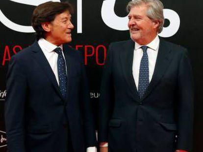 El ministro de Educación, Cultura y Deporte, Íñigo Méndez de Vigo (d), conversa con José Ramón Lete en la cena del 50 aniversario del diario As.