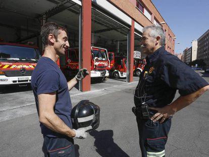 Dos bomberos conversan en el parque de Móstoles.