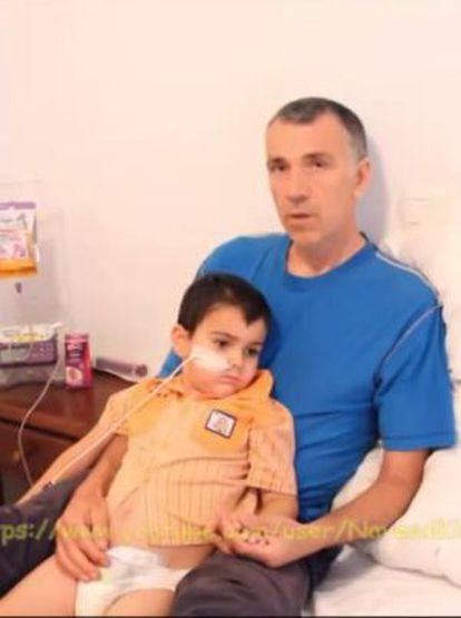 El niño, Ahsya King, junto a su padre, en el vídeo publicado por la familia en Youtube.