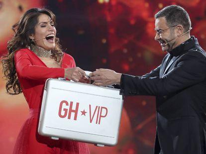 Miriam Saavedra, ganadora de GH Vip 2018 recibie el premio de manos del presentador Jorge Javier Vázquez.