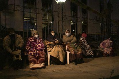 La gente espera envuelta en mantas frente a un hospital para recibir la vacuna contra la covid-19, en Cochabamba, Bolivia, el 8 de junio.
