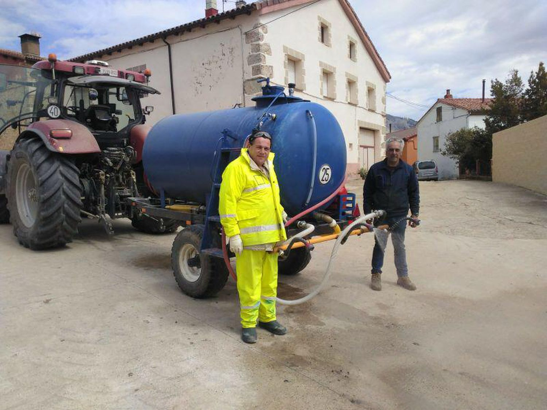 Julio Capillas, alcalde de Busto de Bureba (izquierda), y Javier Ruiz, de Miraveche (derecha), con un tractor para limpiar las calles.