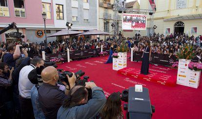 Desfile de actores en la alfombra roja del festival de Málaga.