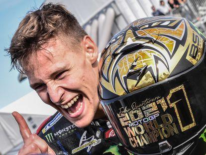 Fabio Quartararo celebra, con su casco especial, la consecución del título de MotoGP en Misano.