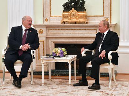 Lukashenko y Putin durante su reunión, la quinta en lo que va de año, en el Kremlin, este jueves.