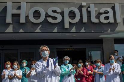 Sanitarios del Hospital de La Paz, en Madrid, homenajean a un compañero fallecido por coronavirus.