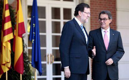 Mariano Rajoy saluda a Artur Mas, a su llegada al palacio de La Moncloa, el 30 de julio de 2014.