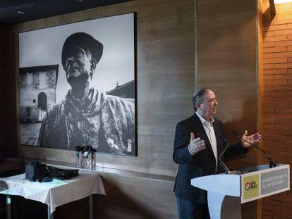 Iñaki Anasagasti durante su recuerdo a Luis Alava, que aparece en la imagen retrospectiva.
