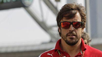 Alonso llega al paddock, en Singapur.
