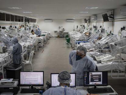 Pacientes de covid-19 en el hospital municipal de campaña Gilberto Novaes, en la ciudad de Manaos, Amazonas (Brasil).