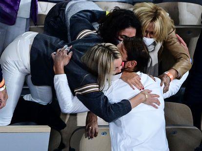 Rafa Nadal se abraza a su hermana, a su mujer y a su madre tras ganar este domingo la final de Roland Garros a Djokovic.