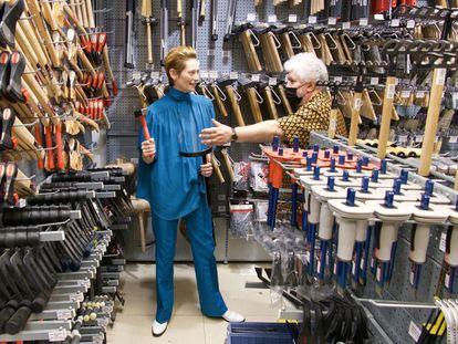 Pedro Almodóvar da instrucciones a Tilda Swinton en el rodaje de 'La voz humana'.