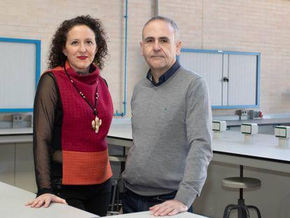 La ginecóloga María Isabel Acién y el jefe del departamento de Ingeniería Mecánica y Energía de la UMH, Miguel Sánchez, autores del proyecto.