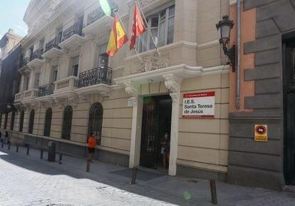 La puerta del IES Santa Teresa de Jesús, en la calle Fomento de Madrid.