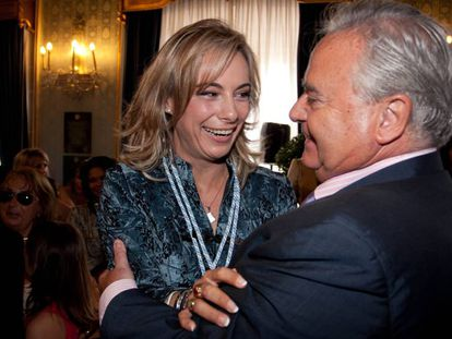 Sonia Castedo recibe la felicitación de Luis Díaz Alperi, tras la toma de posesión como alcaldesa en el año 2011.