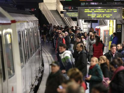 Passatgers s'acumulen a l'andana del metro a primera hora a Barcelona.