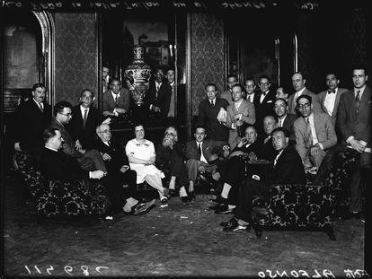 Azaña, con Valle-Inclán, entre otros, hacia 1930 en la tertulia de la Cacharrería en el Ateneo de Madrid.