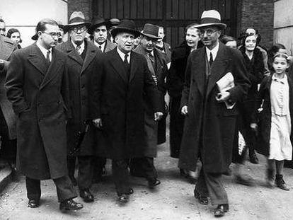 Francisco Largo Caballero (centro de la escena, sombrero oscuro), a su salida de la cárcel tras ser absuelto en el juicio por la llamada Revolución de 1934 en Asturias y Cataluña.