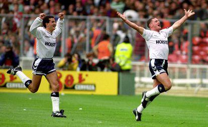 Gascoigne, a la derecha, celebra un gol seguido por Vinny Samways, en 1991.
