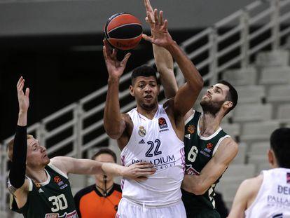 Tavares agarra un rebote ante Papagiannis. euroleague