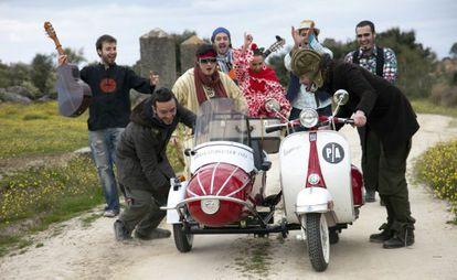 Un fotograma con los protagonistas y el grupo extremeño El desván del duende.