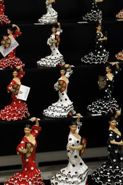 Varias figuras de bailaoras flamencas.