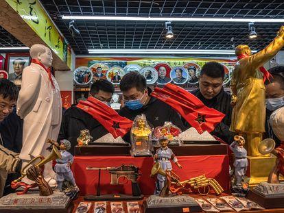 Varios turistas visitan una tienda de recuerdos de la cultura comunista china, en Jinggangshan, provincia de Jiangxi, el pasado viernes.