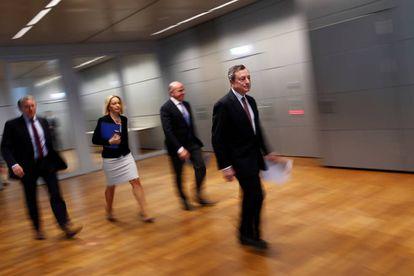 Mario Draghi, presidente del BCE, con su equipo (con Luis de Guindos, tercero por la izquierda) antes de la rueda de prensa de abril.