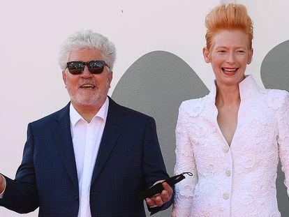 El cineasta español Pedro Almodovar y la actriz británica Tilda Swinton, en el Festival de Cine de Venecia, el pasado septiembre.