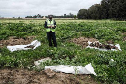 Hueidi Maweh se encarga de exhumar los cuerpos de las fosas comunes a las afueras de Raqa.