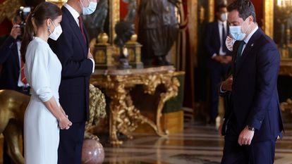 El presidente de Andalucía, Juan Manuel Moreno saluda a los Reyes durante la recepción ofrecida en el Palacio Real con motivo de la Fiesta Nacional del 12 de Octubre.