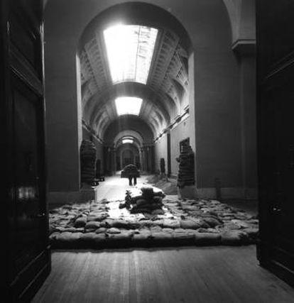 Protección de sacos terreros para esculturas y mesas de piedras duras, en el Museo del Prado, en octubre de 1936.