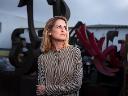 Lilith Pereda, frente a las esculturas hechas por su padre, Manuel Pereda de Castro, rescatadas del volcán de La Palma.