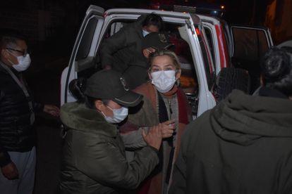 La expresidenta interina de Bolivia, Jeanine Áñez, es trasladada de prisión, este sábado en La Paz.