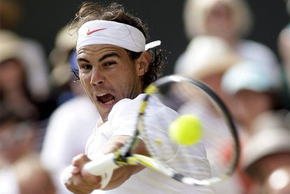 Nadal golpea la pelota durante el partido contra Berdych en la última edición del torneo de Wimbledon.