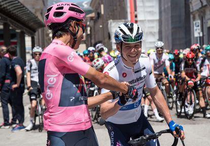 Egan y Remco se saludan antes del comienzo de la etapa de Foligno.