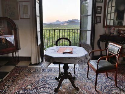 Estancia de la casa de Francisco Brines en Oliva, donde suele comer, con la montaña del Montgó de Dénia al fondo.