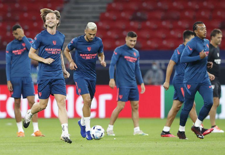Loa jugadores del Sevilla, encabezados por Rakitic, en el entrenamiento previo a la final de la Supercopa.