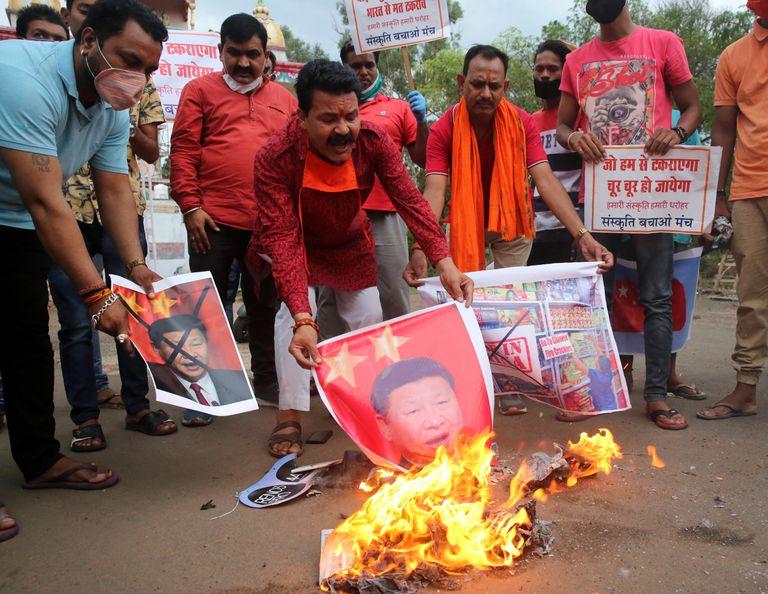 Manifestantes indios protestan contra los líderes chinos, en Bhopal, India, este martes.
